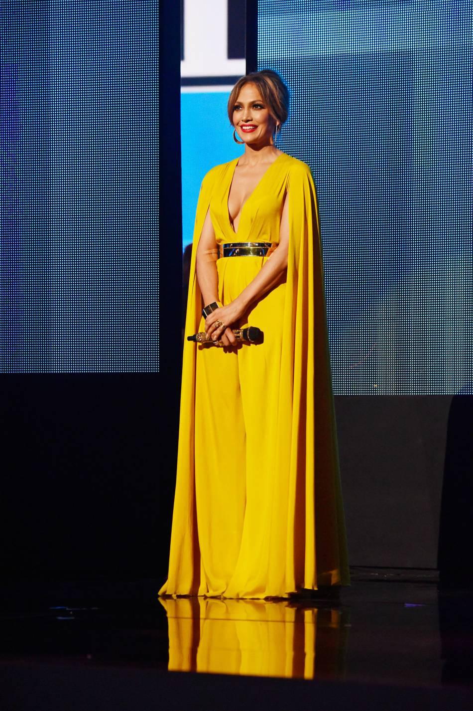 Jennifer Lopez porte une robe Michael Costello et une manchette Vhernier aux American Music Awards 2015 le 22 novembre 2015 à Los Angeles.