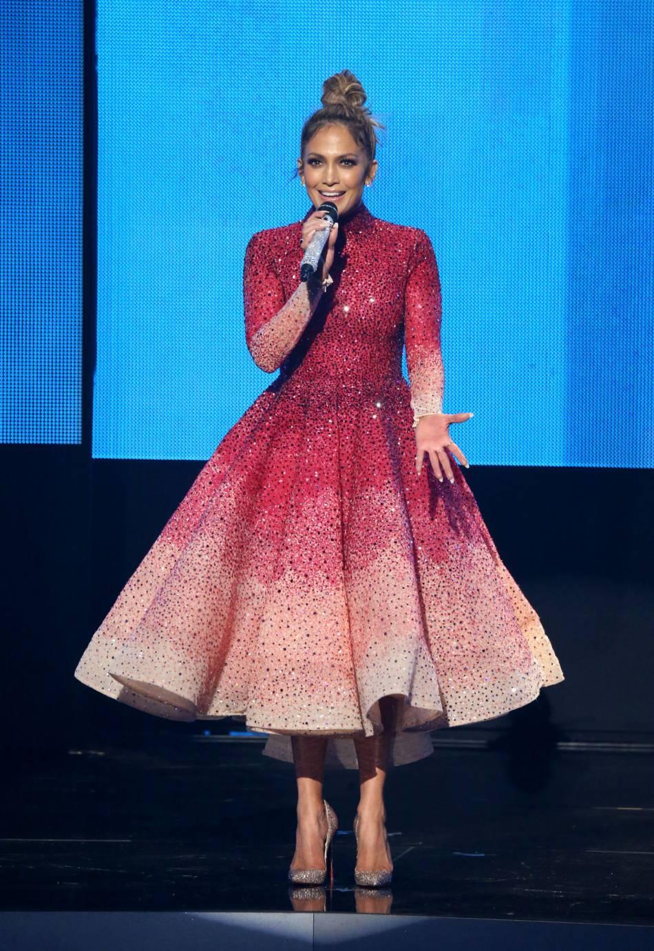 Jennifer Lopez porte une robe Michael Cinco et des escarpins Christian Louboutin aux American Music Awards 2015 le 22 novembre 2015 à Los Angeles.