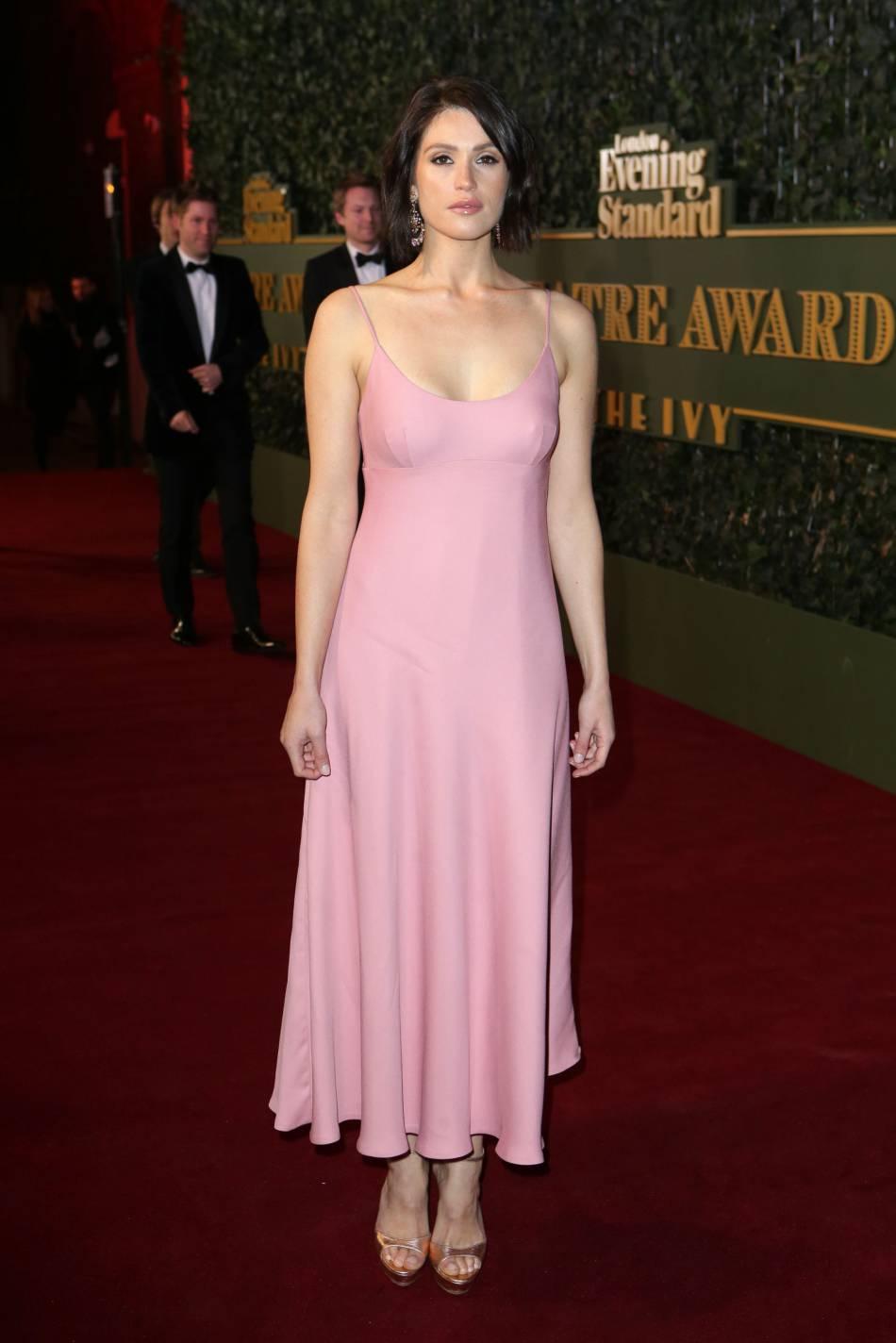 Gemma Arterton : une bombe en rose bonbon pour les Theatre Awards de Londres, le 22 novembre 2015.