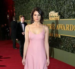 Gemma Arterton ne devait pas avoir bien chaud dans cette petite robe rose aux faux airs de nuisette en soie.