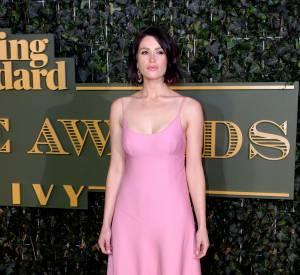 Gemma Arterton a une silhouette pupleuse parfaitement mise en valeur dans cette robe près du corps et décolletée.