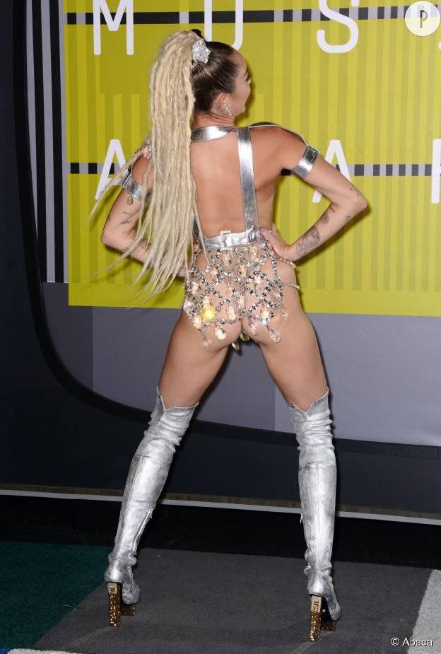 Miley Cyrus, les fesses à l'air aux MTV VMA Awards 2015.