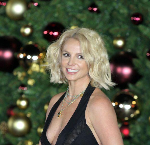 Britney Spears a sorti une combinaison au décolleté très sexy pour une simple inauguration d'un arbre de Noël.
