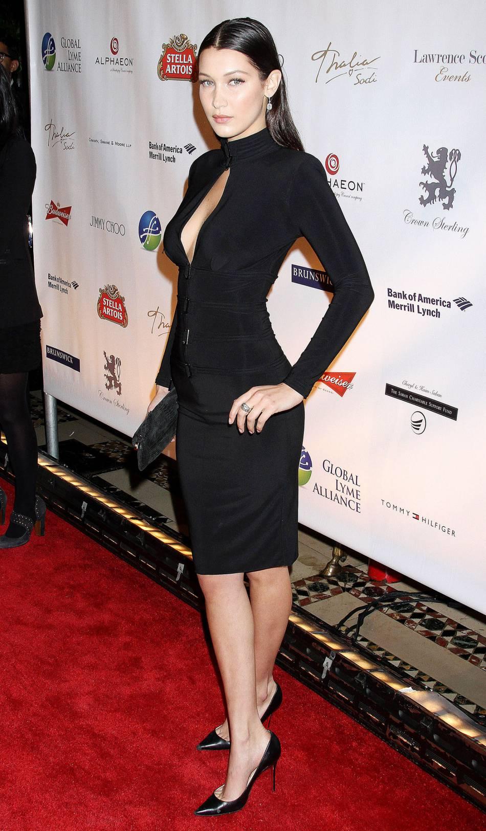 Bella Hadid, véritable adepte du décolleté plongeant.