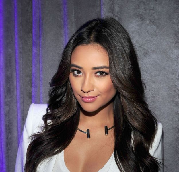 Shay Mitchell et son side boob sexy qui affole Instagram.