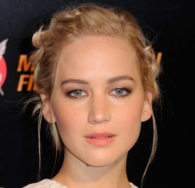 """Comme Jennifer Lawrence lors de la promo de """"Hunger Games"""", on mise sur le chignon tressé, romantique à souhait."""