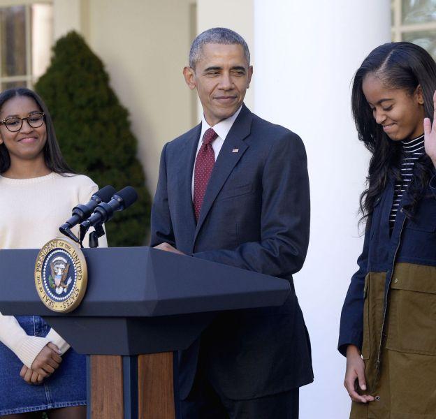 """Barack Obama et ses filles Malia et Sasha lors de la cérémonie du """"pardon de la dinde"""" le 25 novembre 2015."""