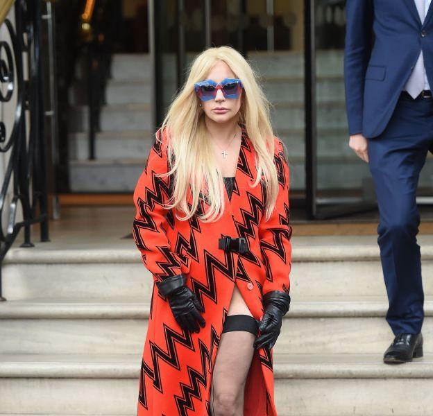 Lady Gaga apparait sensuelle et provoc dans les rues de Londres.