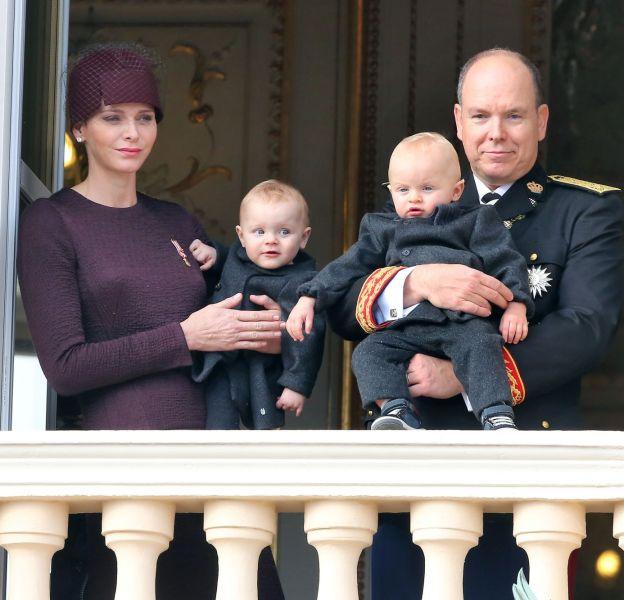 Charlène de Monaco et son mari, le prince Albert II, tiennent leurs jumeaux, Gabriella et Jacques lors de la Fête Nationale Monégasque du 19 novembre 2015.
