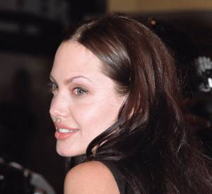 À la place du serpent, l'actrice porte désormais les données géographiques des lieux de naissance de ses enfants.