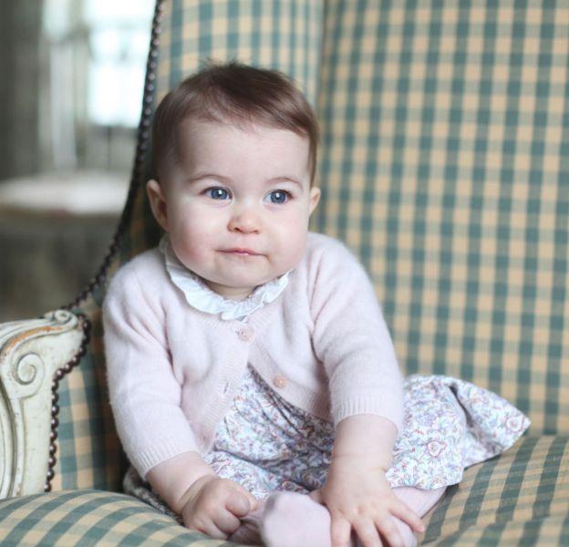 La princesse Charlotte sous l'objectif de sa mère Kate Middleton, six mois après sa naissance.