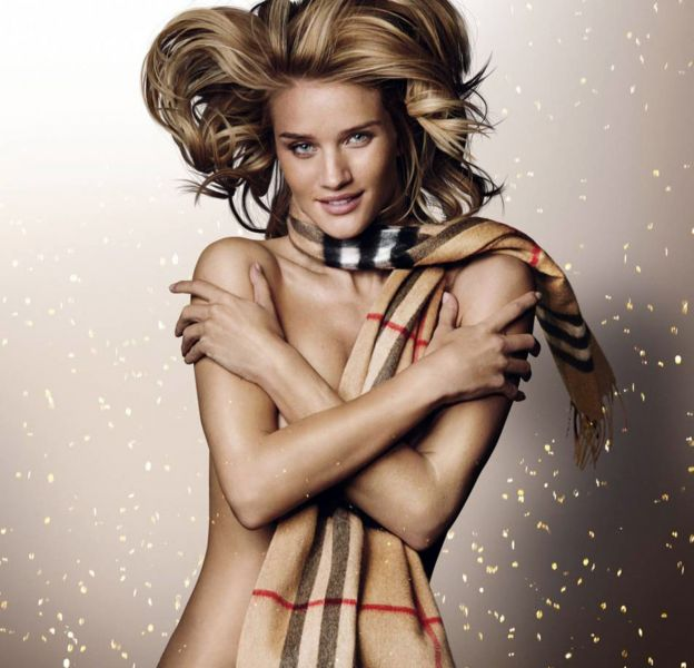 Rosie Huntington-Whiteley pose nue devant l'objectif de Mario Testino pour la campagne Burberry Festive.