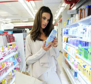 Alessandra Ambrosio : Canon et sexy dans les rayons d'un supermarché