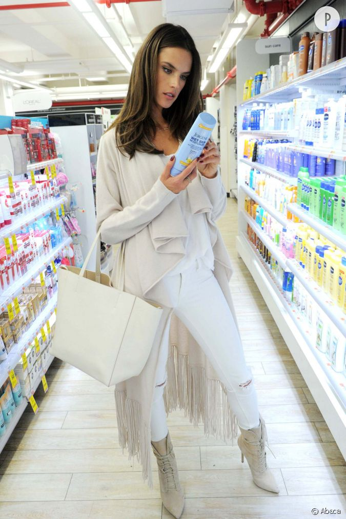 alessandra ambrosio se d voile dans un look immacul et sexy pour faire ses courses. Black Bedroom Furniture Sets. Home Design Ideas