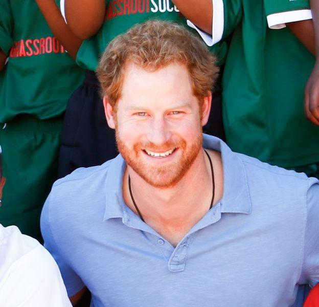 Le prince Harry, souriant et heureux avec les jeunes de Cape Town.