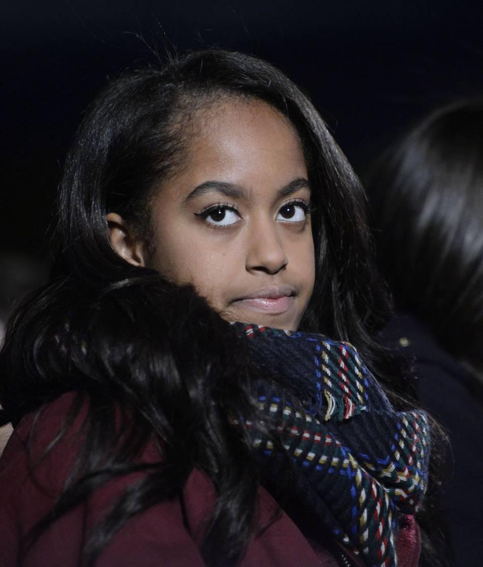 Malia Obama, âgée de 17 ans, devrait bientôt rentrer à la fac. En attendant, elle reste une petite fille devant l'arbre de Noël !