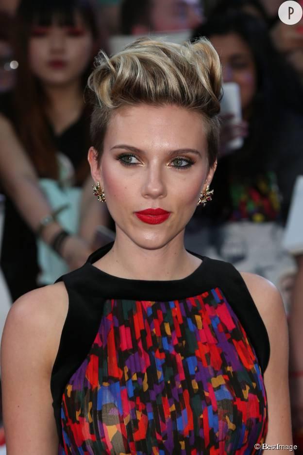 La banane rock portée par Scarlett Johansson.
