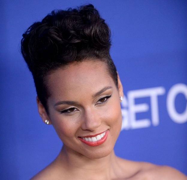 Alicia Keys, sensuelle dans sa robe noire.
