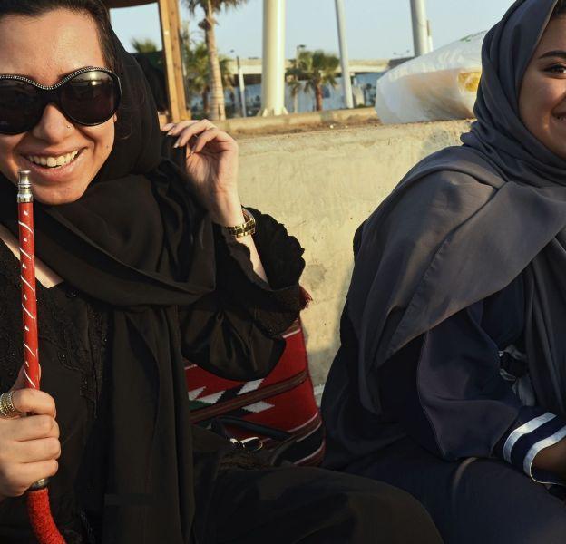 Deux jeunes femmes fumant le narguilé à Jeddah, la deuxième plus grosse ville d'Arabie Saoudite.