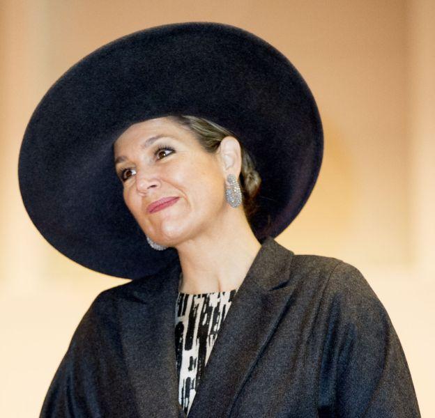 Maxima adopte un chapeau imposant pour se créer un look très élégant.