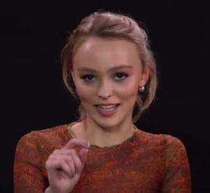 Lily-Rose Depp confie une anecdote embarrassante sur ses parents à Vanity Fair.