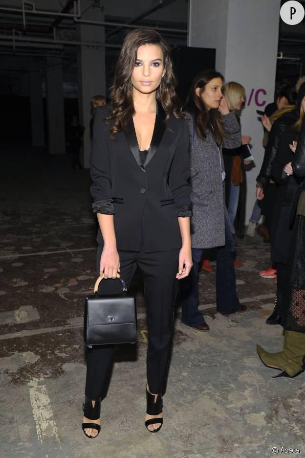 Emily Ratajkowski est ultra sexy dans ce smoking noir.