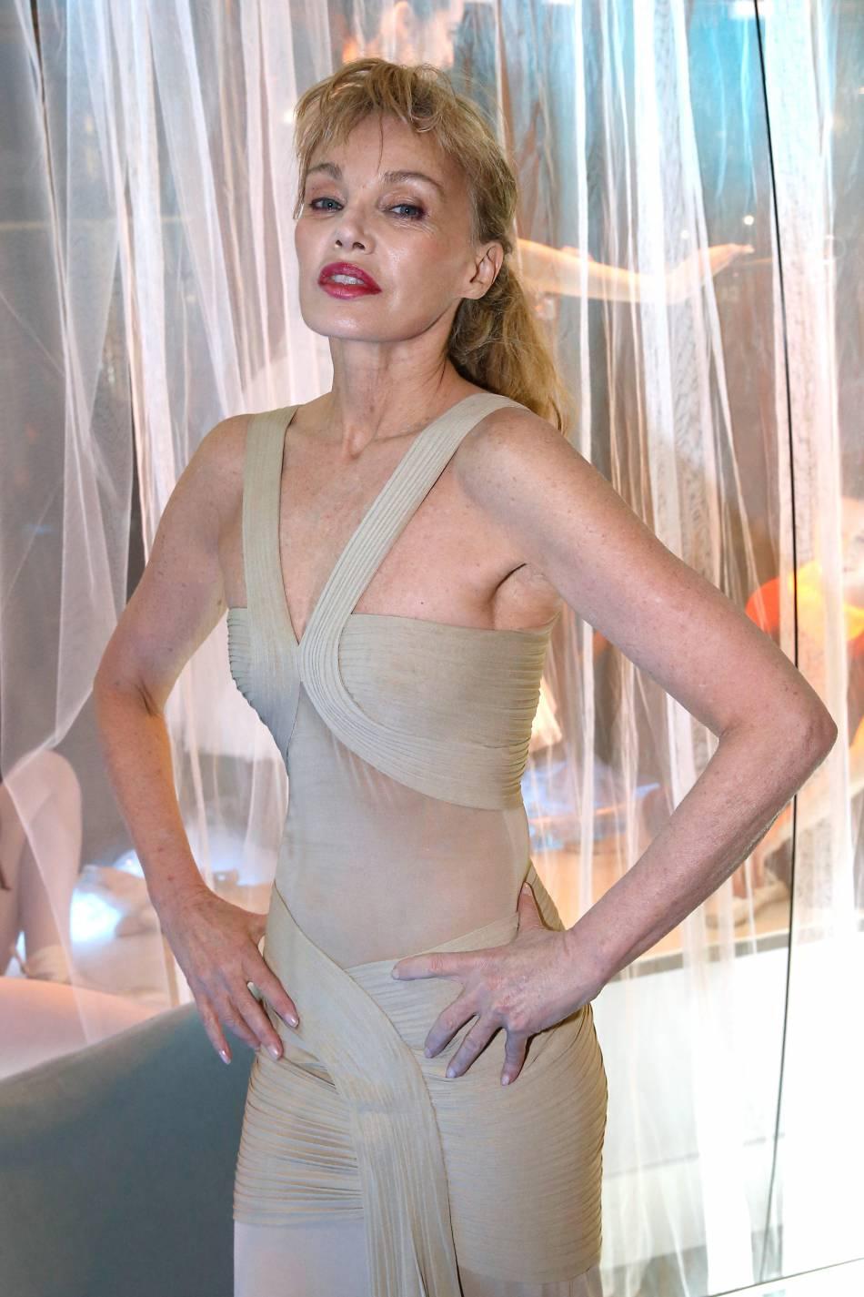 """Arielle Dombasle lançait ce mardi 16 février 2016, son tout premier parfum baptisé """"Le Secret d'Arielle."""""""