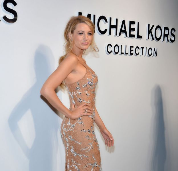 Blake Lively est sublime dans sa robe Michael Kors.