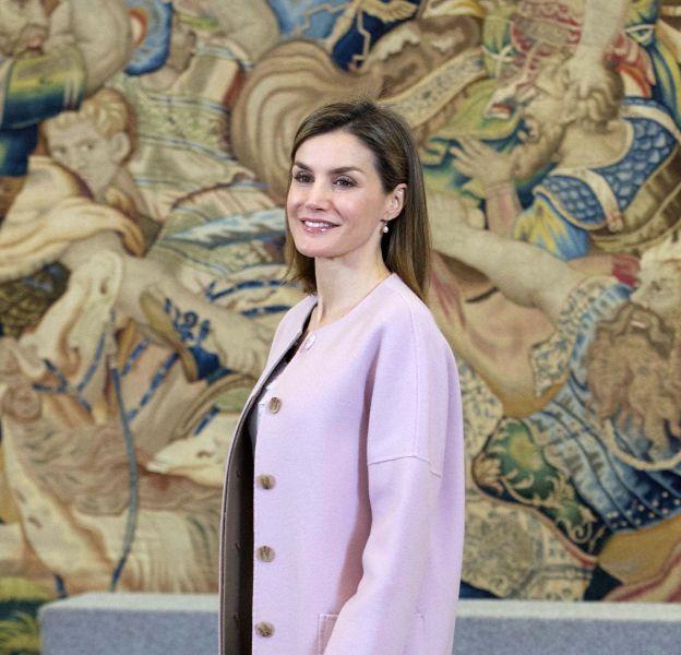 Letizia d'Espagne dans son manteau rose pastel. De quoi illuminer l'hiver.