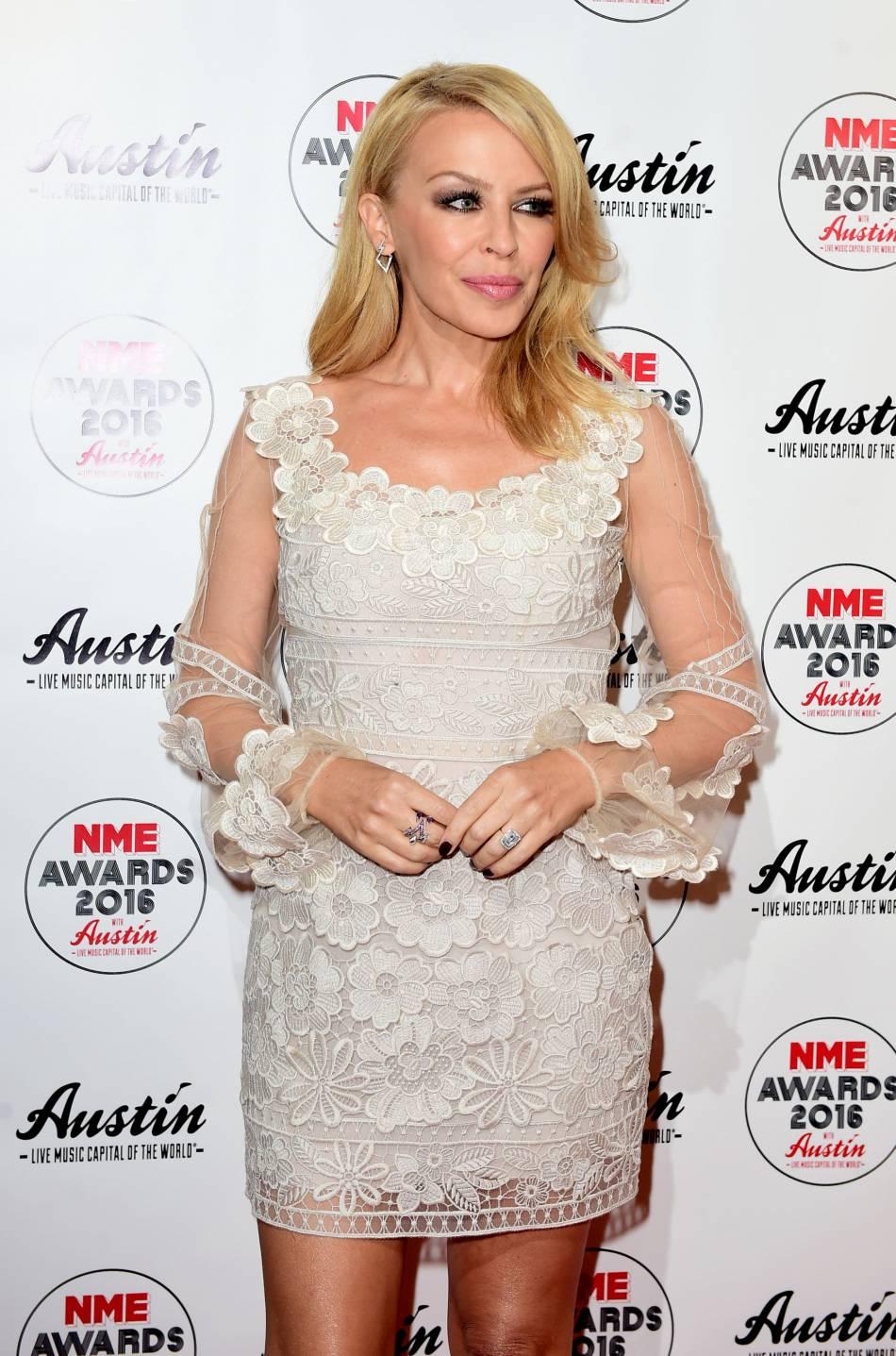 Kylie Minogue s'est faite nymphe hypnotisante dans sa robe blanche brodée de fleurs.