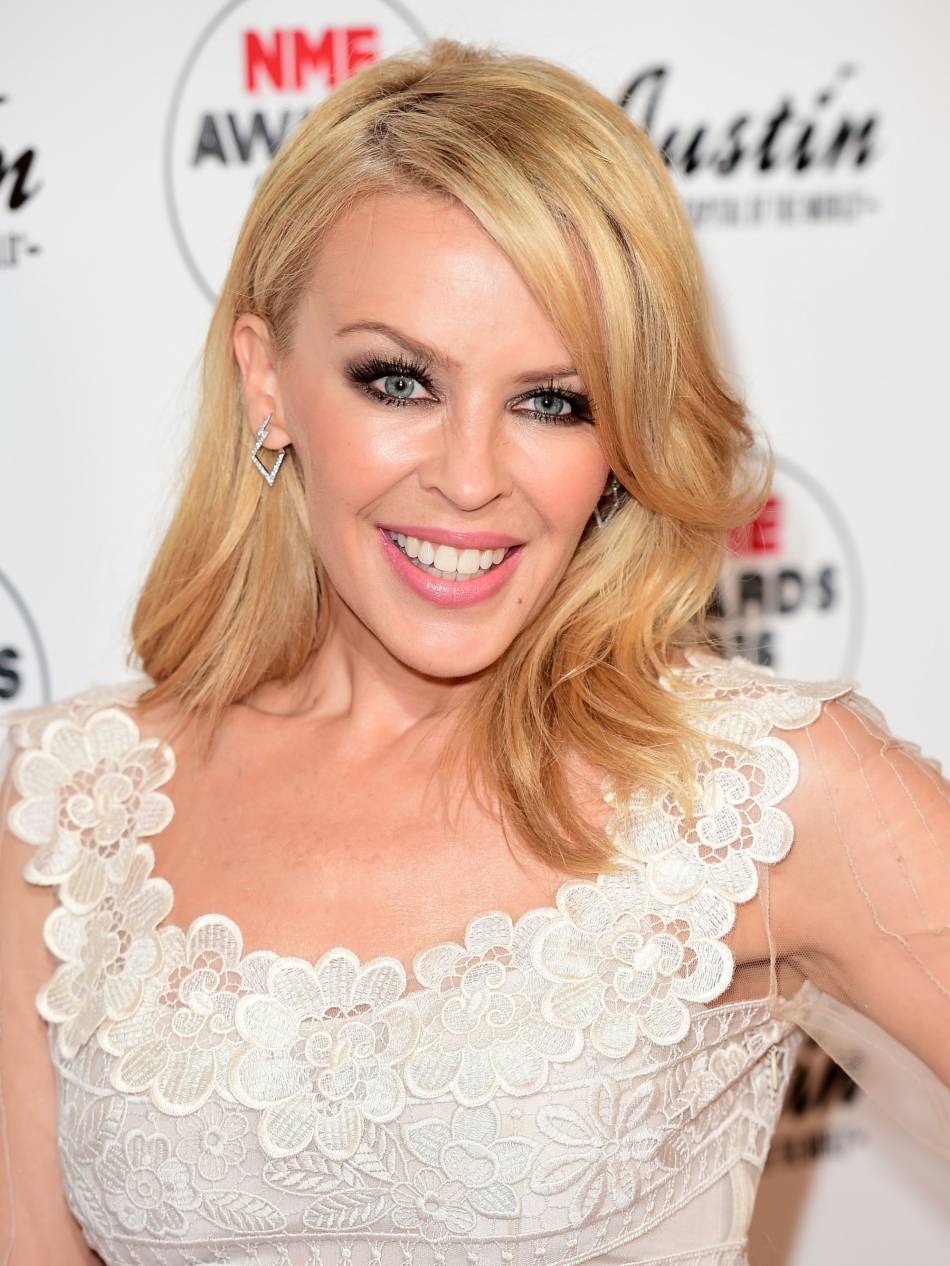 Kylie Minogue ne prend pas une ride et rayonne face aux photographes.