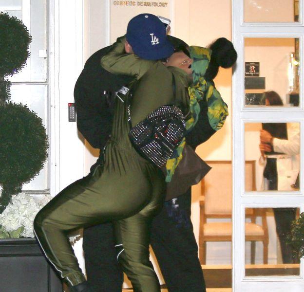 Rob Kardashian et Blac Chyna ne se contrôlent plus à la sortie du centre de dermatologie Epione à Beverly Hills.
