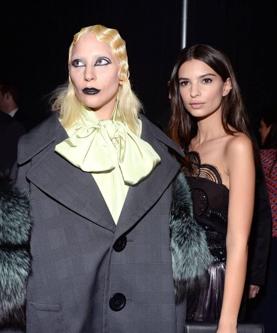 L'actrice pose avec la star du défilé, Lady Gaga.