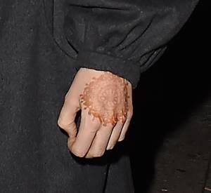 Un tatouage au henné ornait sa main gauche.
