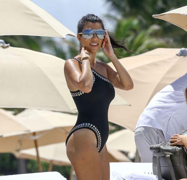 La saison des maillots de bain plus échancrés les uns que les autres est lancée chez les Kardashian !