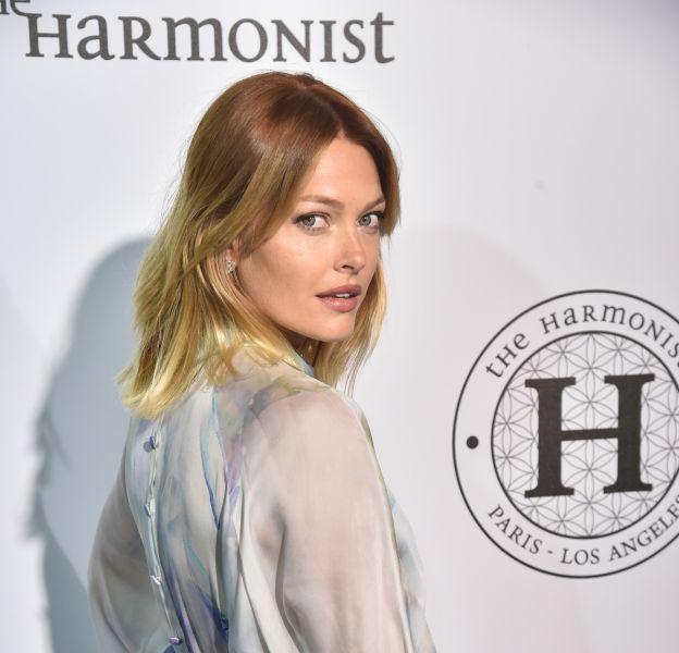 """Caroline Receveur au photocall de la soirée """"The Harmonist"""" lors de la 69ème cérémonie du Festival de Cannes. Les soirées mondaines sont aujourd'hui le quotidien de la jeune femme depuis qu'elle a acquis son statut de blogueuse mode."""