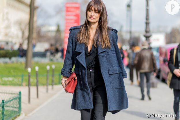 Caroline de Maigret et son it-bag rouge Chanel dans les rues de Paris.