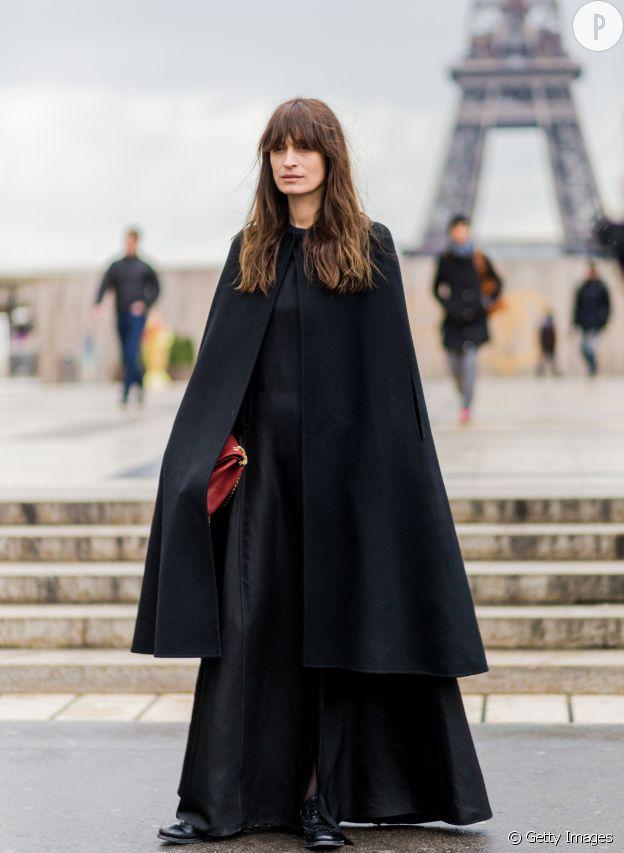 Caroline de Maigret porte une longue cape noire.
