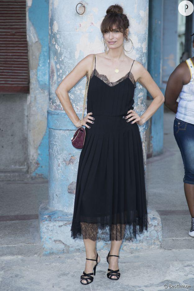 Caroline de Maigret porte une robe dentelle type nuisette.