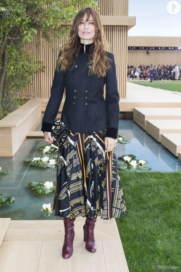 Caroline de Maigret porte une jupe colorée et un top noir.
