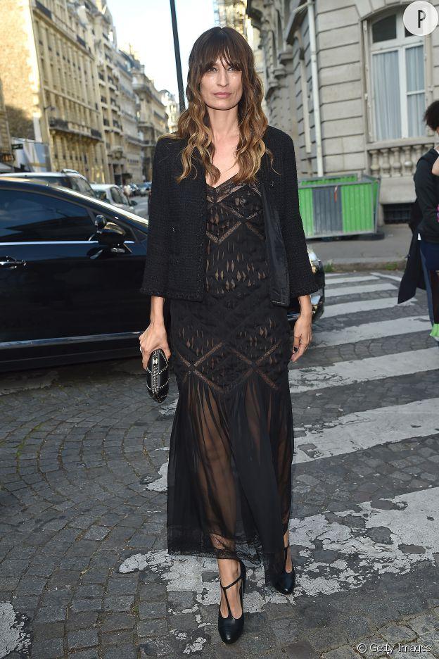 Caroline de Maigret porte une robe transparente noire en dentelle.