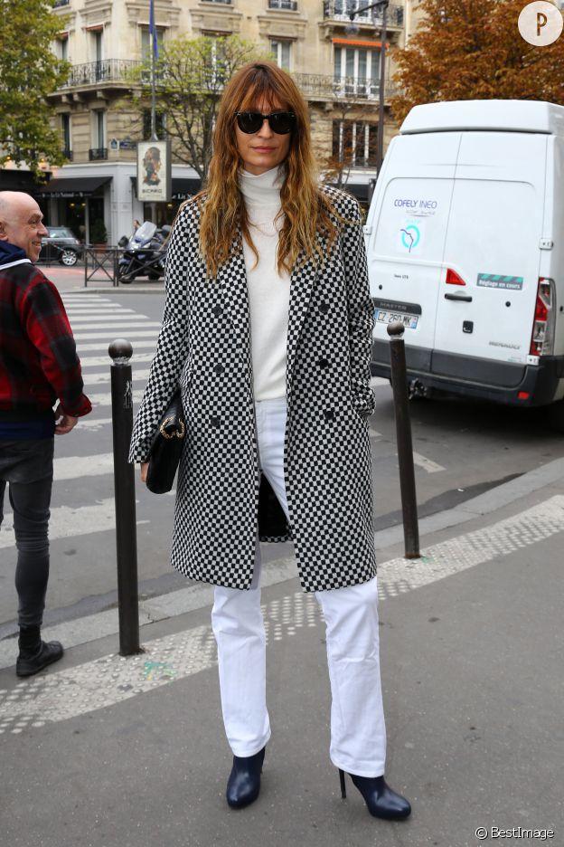 Total look blanc réhaussé par un manteau imprimé, Caroline de Maigret est chic.