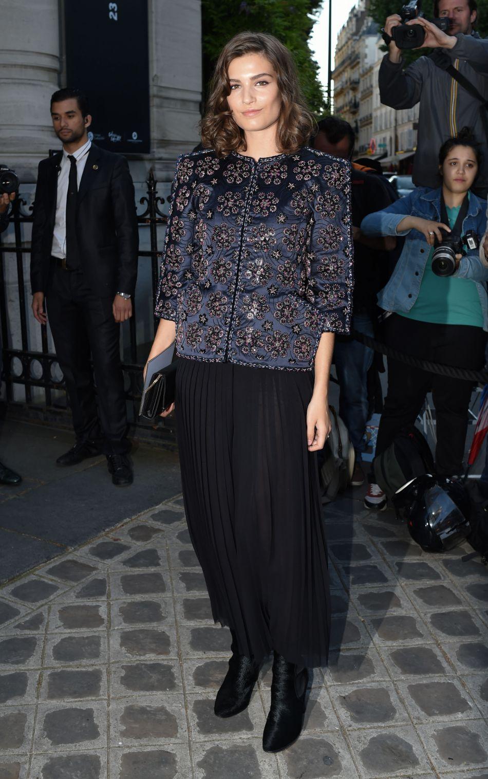 Alma Jodorowsky mixe veste à imprimés et jupe plissée pour se rendre au Palais Galliera.