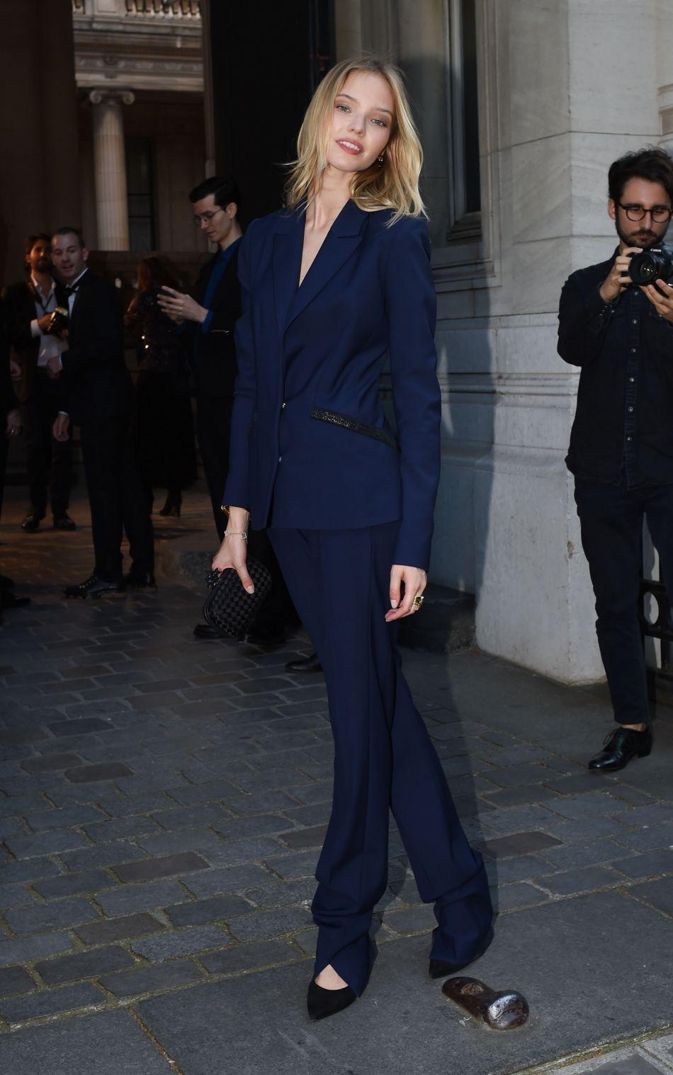Le mannequin russe Sasha Luss prend la pose dans son costume bleu nuit. 0aefeb6c980