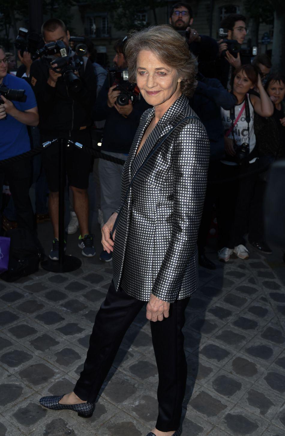 Charlotte Rampling était elle aussi de la fête dans une veste à carreaux irisée.