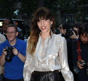 Lou Doillon a elle misé sur un chemisier irisé et une jupe en cuir signés Gucci.