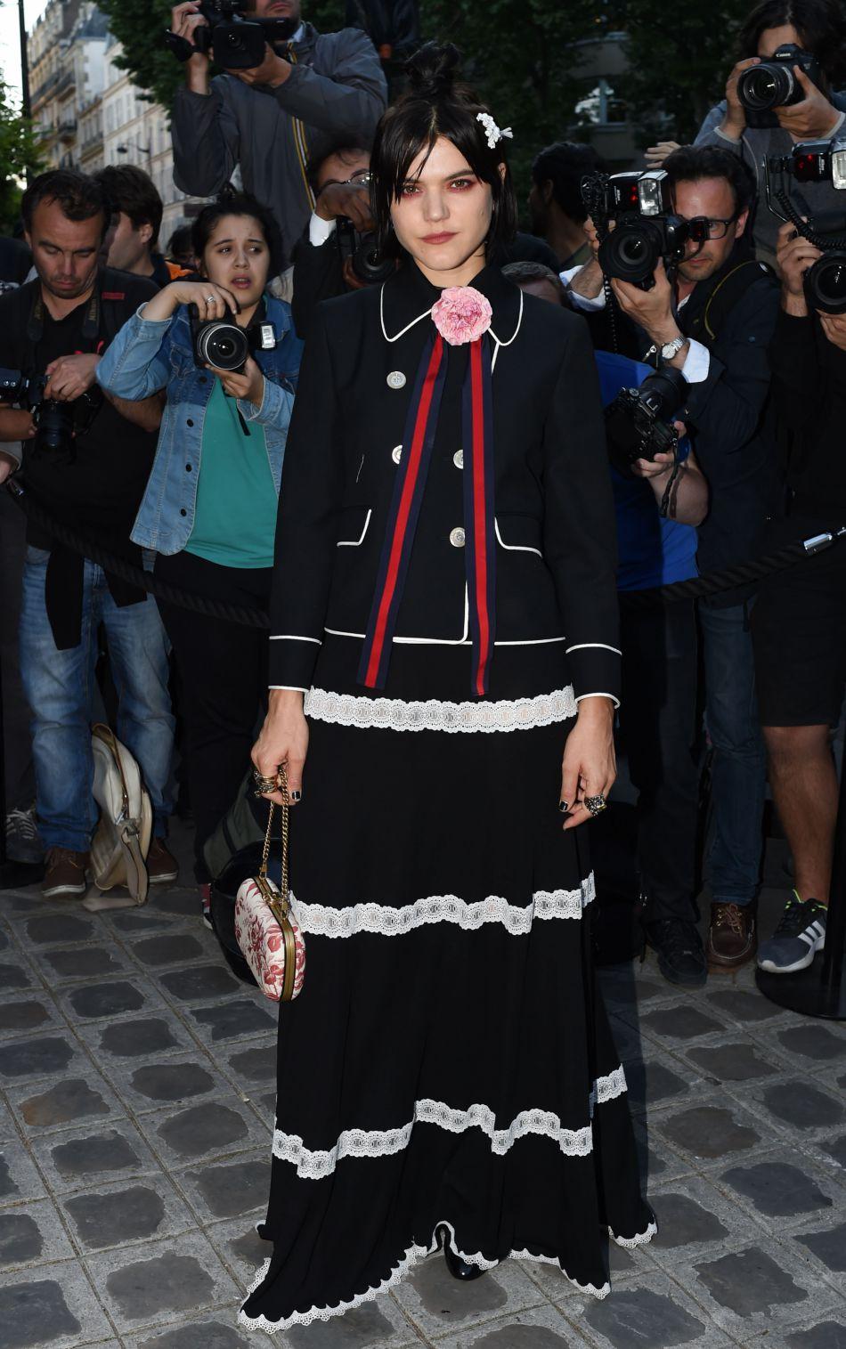 L'actrice Soko s'est composé un look dark romantic grâce à Gucci.