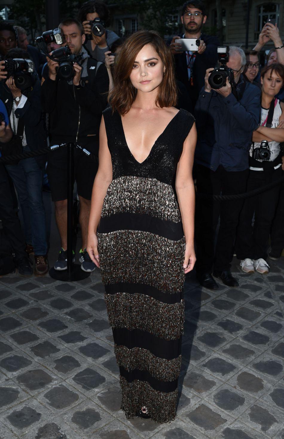 L'actrice britannique Jenna Coleman, superbe en robe Burberry.