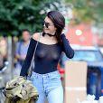 Kendall Jenner n'hésite pas à sortir en top transparent dans les rues de New York.