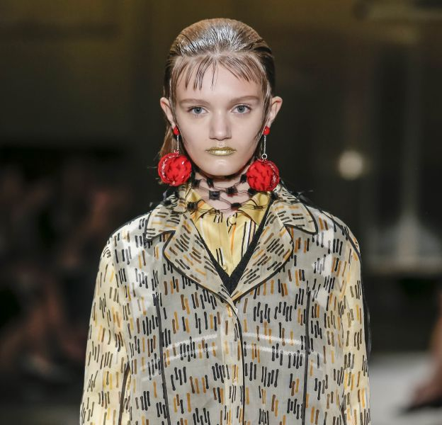 Chez Prada, les lèvres deviennent des bijoux dorés.